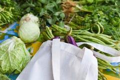 Nul plastic concept van het afvalgebruik minder/Verse groenten organisch in eco katoenen stoffenzakken stock afbeeldingen