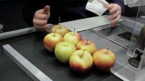 Null überschüssige Nahrungsmittelspeicher Kaufende Äpfel ohne Plastiktasche stock video
