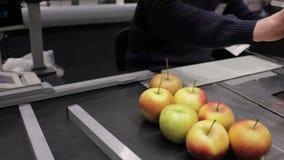 Null überschüssige Nahrungsmittelspeicher Kaufende Äpfel ohne Plastiktasche stock footage
