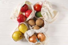 Null Einkaufen des überschüssigen Lebensmittels eco natürliche Taschen mit Früchten und veget lizenzfreie stockfotos