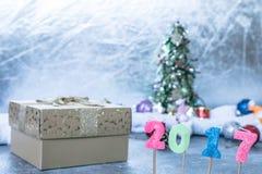 Numéro 2017 avec le boîte-cadeau sur le fond de décoration de Noël Photos stock