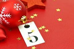 Numéro cinq sur l'étiquette et les ornamets de Noël Photos libres de droits