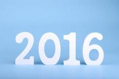 Numéro 2016, comme nouvelle année, au-dessus d'un fond bleu Images libres de droits