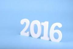 Numéro 2016, comme nouvelle année, au-dessus d'un fond bleu Image libre de droits