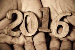 Numéro 2016, comme nouvelle année, dans les mains d'un homme Photo stock