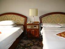 Numéro d'hôtel avec deux bâtis Photos stock