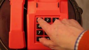 Numéro d'urgence du service de délivrance 911 - la main sur la vidéo compose consécutivement le numéro qui demanderait l'aide banque de vidéos