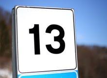 Numéro 13 dans un panneau routier en montagne Photo stock