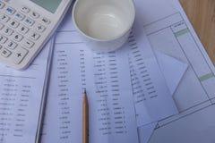 Numéro de comptes de plan rapproché sur un papier, une calculatrice et un crayon imprimés Images libres de droits