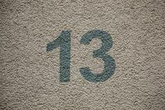 Numéro 13 de la maison avec les lettres vertes photographie stock libre de droits