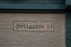 Numéro 13 de la maison avec les lettres vertes photo stock