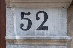 Numéro de maison 52 photo stock