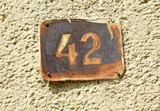 Numéro de maison 42 sur le mur d'un bâtiment Photo libre de droits