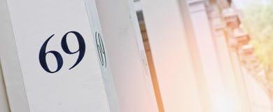 Numéro de maison 69 sur le pilier blanc à Londres Image stock