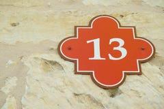 Numéro de maison treize/13 photo stock