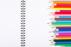 Numéro des crayons sur l'écriture-livre d'école Photos stock