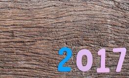 Numéro deux mille sept de texte en bois sur le vieux plancher en bois brun Images stock