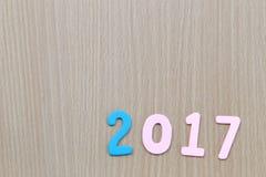 Numéro deux mille sept de texte en bois sur le vieux plancher en bois brun Images libres de droits
