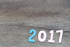 Numéro deux mille sept de texte en bois sur le vieux plancher en bois brun Photographie stock