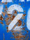 Numéro deux 2 sur le métal bleu de rouille Photo stock