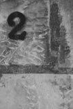 Numéro deux sur le monochrome de mur en pierre Photo stock