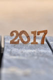 Numéro en bois 2017 sur le fond de planche et de sable Photographie stock