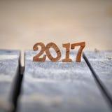 Numéro en bois 2017 sur le fond de planche et de sable Images libres de droits