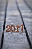 Numéro en bois 2017 sur le fond de sable de planche Photo stock