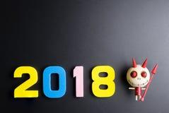 Numéro 2018 et diable en bois sur le fond noir An neuf heureux Photos libres de droits