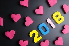 Numéro 2018 et forme rouge de coeur de boîte de papier sur le fond noir Ha Photo stock