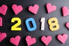 Numéro 2018 et forme rouge de coeur de boîte de papier sur le fond noir Ha Photos libres de droits