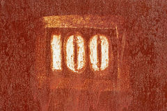 Numéro 100 peint sur une vieille surface rouillée Photos libres de droits