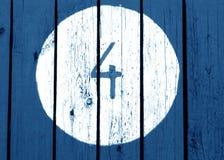 Numéro quatre sur le mur en bois modifié la tonalité bleu Image libre de droits