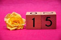 Numéro quinze avec une rose jaune photographie stock libre de droits