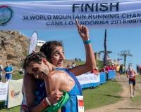 Numéro un ! Finition fonctionnante de course de championnats de montagne du monde - les Italiens célèbrent leur accomplissement images libres de droits