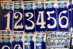 Numéros de maison en céramique bleus et blancs, Italie Image stock