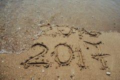 Numéros 2017 sur la plage Concept de vacances de nouvelle année Images libres de droits