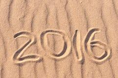 Numéros 2016 sur la plage - fond de vacances de concept Photo libre de droits