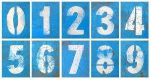 Numérote la série sur un mur bleu image libre de droits