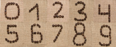Numérote le collage des grains de café sur le fond de toile de jute Images stock