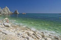 Numana - förfallen Sorelle fjärd - vit kust med blå himmel och havet För begrepp för sommarsemester Royaltyfri Bild