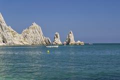 Numana - passende Sorelle-Bucht - weiße Küste mit blauem Himmel und Meer Für Sommerferienkonzept Lizenzfreie Stockfotografie