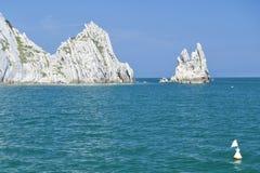 Numana - passende Sorelle-Bucht - weiße Küste mit blauem Himmel und Meer Für Sommerferienkonzept Stockfotografie
