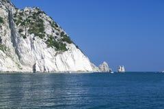 Numana - passende Sorelle-Bucht - weiße Küste mit blauem Himmel und Meer Für Sommerferienkonzept Stockfoto