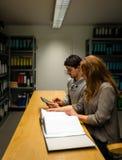 Numeración: hombre joven y mujer en la compañía imagenes de archivo