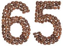 Numeral árabe 65, sessenta e cinco, dos feijões de café, isolados no wh Foto de Stock