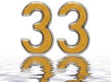 Numeral 33, trinta e três, refletido na superfície da água Imagens de Stock