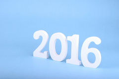 Numere 2016, como el Año Nuevo, sobre un fondo azul Imagen de archivo libre de regalías