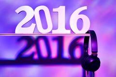 Numere 2016, como o ano novo, e fones de ouvido Fotos de Stock Royalty Free