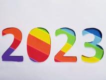 numere 2023 con espumoso en el fondo del color del arco iris y blanco Fotografía de archivo